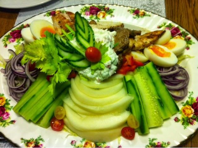 Täyttävä salaatti karpparille.