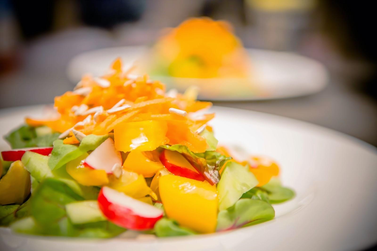 Mangoldsalat anrichtet auf weißem Teller
