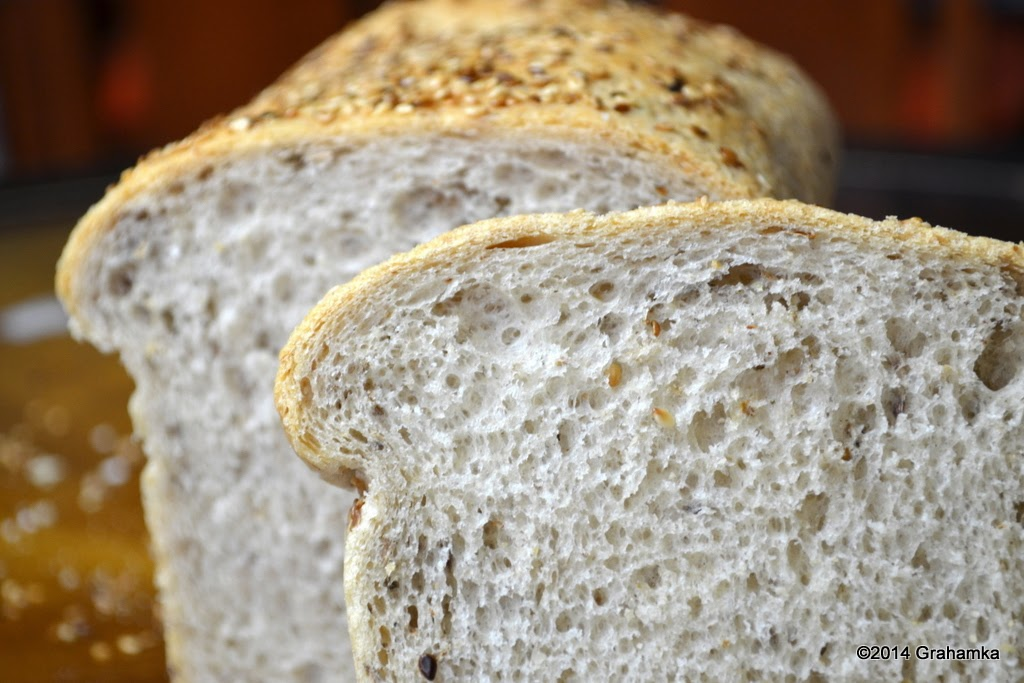 Ostropestowa kromka na tle chleba.