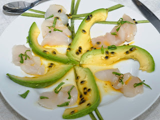 Carpaccio d'avocat et Saint-Jacques aux fruits de la Passion