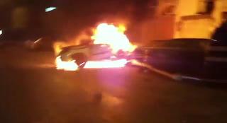 مجموعة شباب ينقذون سعودي من حريق في سيارته امام الشرطة !