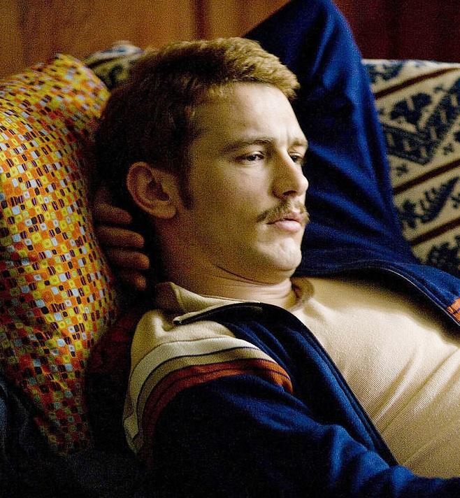 James Franco em cena no filme 'Milk - A Voz da Igualdade' de 2008 (Foto: Reprodução)