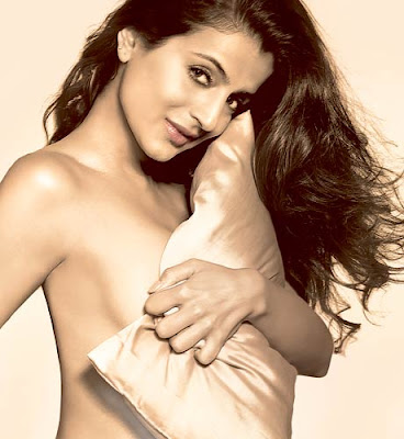 BOLLYWOOD HOT ACTRESS AMISHA PATEL HOT SEXY NUDE NAKED PICS PHOTOS