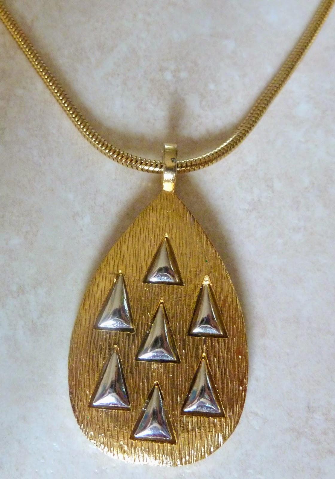 http://www.kcavintagegems.uk/vintage-modernist-style-teardrop-pendant-and-necklace-by-sphinx-341-p.asp