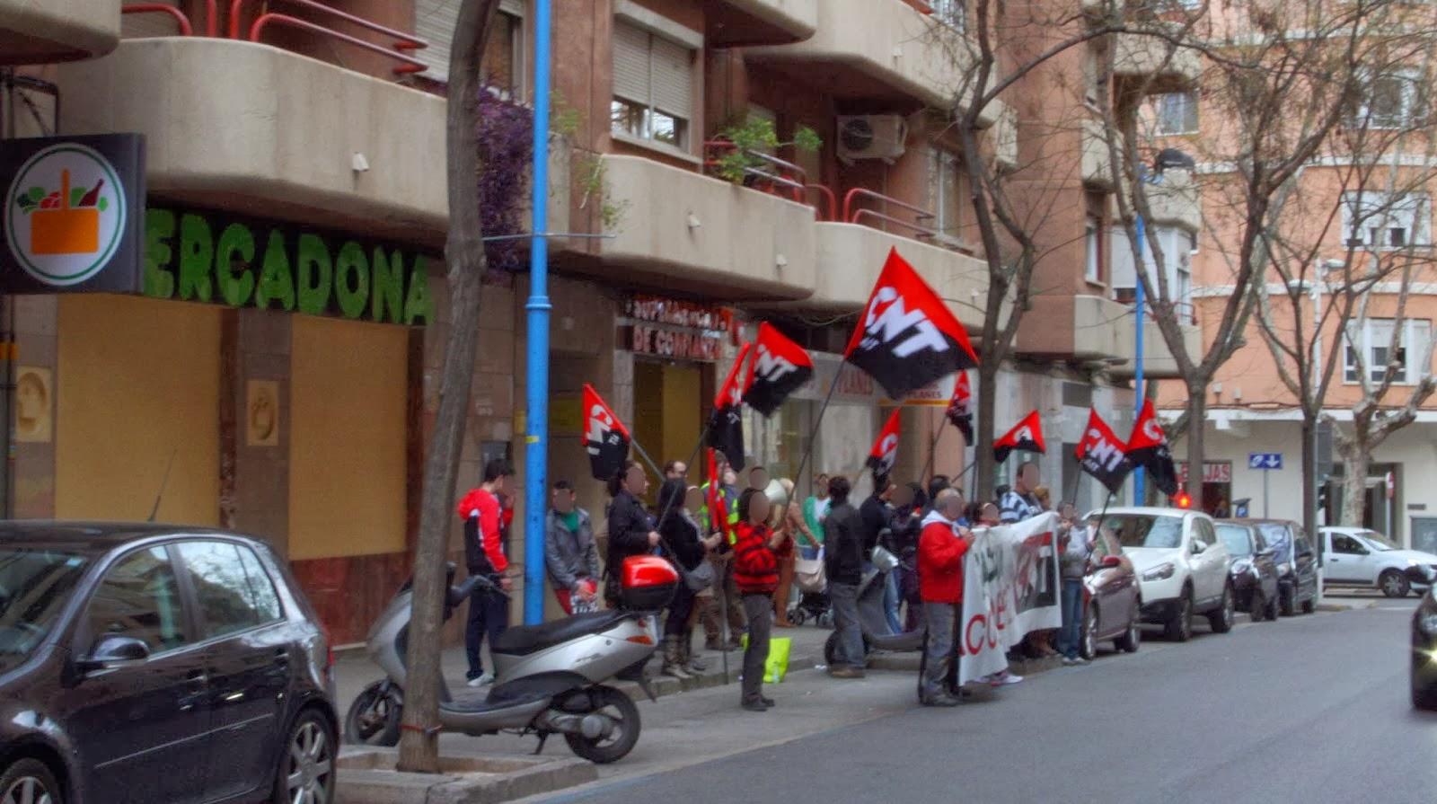 """Quinta concentración de CNT-AIT contra Mercadona en Xàtiva   CNT-AIT se concentra por quinta vez en la provincia de Valencia para denunciar los abusos de Mercadona hacia sus trabajadores y exigir el pago de los """"finiquitos"""" que debe a varios afiliados al Sindicato.  Después de las concentraciones en Tavernes Blanques , Xàtiva y dos en Alzira , los sindicatos de CNT-AIT de Valencia y Vall de Albaida continúan con las acciones contra la cadena de supermercados. En esta ocasión volvimos a Xàtiva donde se concentraron durante dos horas el pasado sábado 8 de febrero a las puertas del Mercadona de la calle Vicent Boix. A las ya clásicas consignas """"Productos hacendado, productos que Hacen Daño"""" o """"Manos arriba, esto es Mercadona"""", también se coreó """"Que los despidos les pagan, Bárcenas y FAES"""" haciendo referencia a los donativos a la fundación de José María Aznar, sobre los que Juan Roig declaró la semana pasada ante el juez de la Audiencia Nacional Pablo Ruz.  La repercusión entre la gente que se acercaba a interesarse por el conflicto fue tal, que las 700 octavillas preparadas se terminaron en apenas 45 minutos. La mayoría de los clientes mostraron su apoyo y evitaron entrar a comprar, marchándose a otro establecimiento. Aun así, hubo quien terminó entrando a pesar de estar de acuerdo con las reivindicaciones de la anarcosindical,porque... """"si no compro ahí, adonde voy?"""", Demostrando que la empresa ha logrado inculcar en la gente que es la única opción a la hora de realizar compras.  Desde que comenzó el conflicto , hace un mes y medio, los actos de solidaridad por parte del resto de sindicatos que forman la CNT-AIT, no han cesado en todo el Estado. Estos actos culminarán durante la semana del 17 al 23 de febrero, en la que hay una jornada de lucha convocada para que toda la Confederación, unida, haga frente a este gigante empresarial.  CNT-AIT, Vall de Albaida"""
