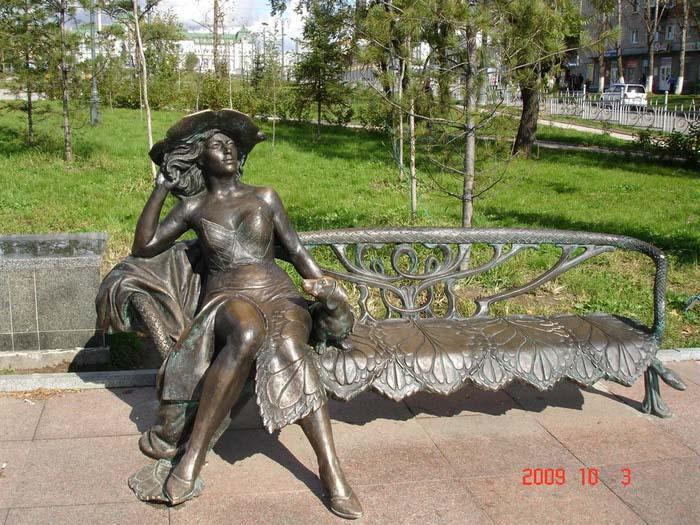 Памятник дама с собачкой в хабаровске памятники из гранита 2018 эксклюзив