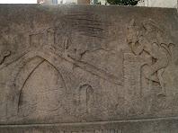 Detall del relleu de la font que representa la llegenda del Pont del Diable de Martorell