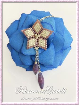 Ciondolo a fiore in brick stitch e perle di carta