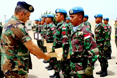 Pasukan Garuda TNI menerima penghargaan. Prokimal Online Kotabumi Lampung Utara