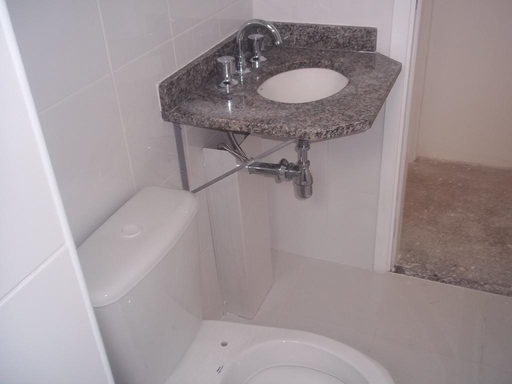 Sei que o banheiro é pequeno mas não curti muito a pia com essas  #735951 1024 768