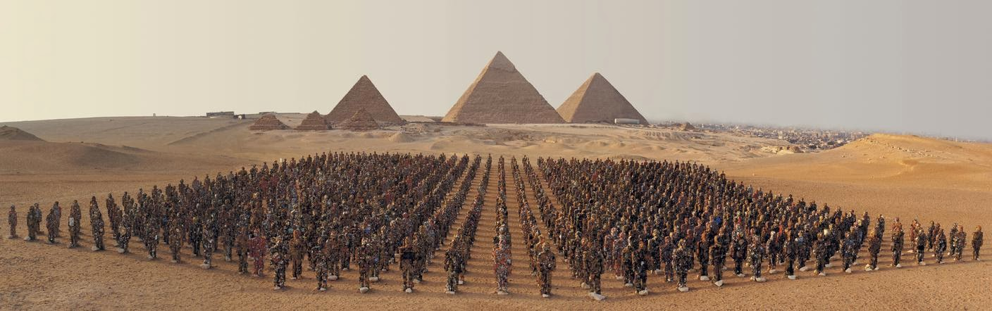 Thomas hoepker egypt 2002 giza pyramids with army of 1000 trash people