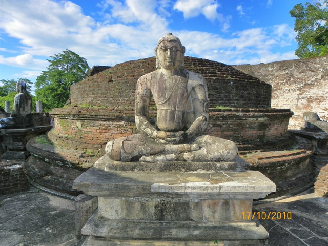 Figura de Buda en el Vatadage