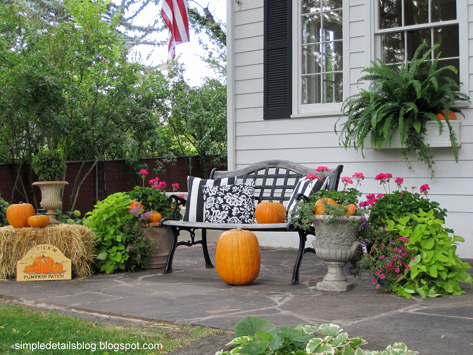 Simple details outdoor fall decor for Pictures of fall decorations for outdoors