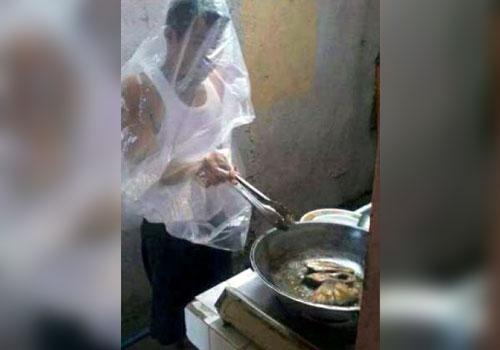 Foto chistosa de chico cocinando, desastre total