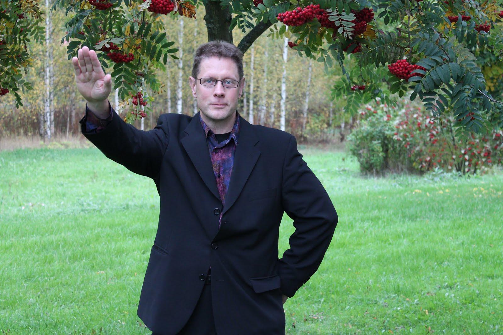 Puutarhapalveluja tarjoava isoisäluokan yhden miehen risteilijä ja puutarhuri kastepäivänä 2012