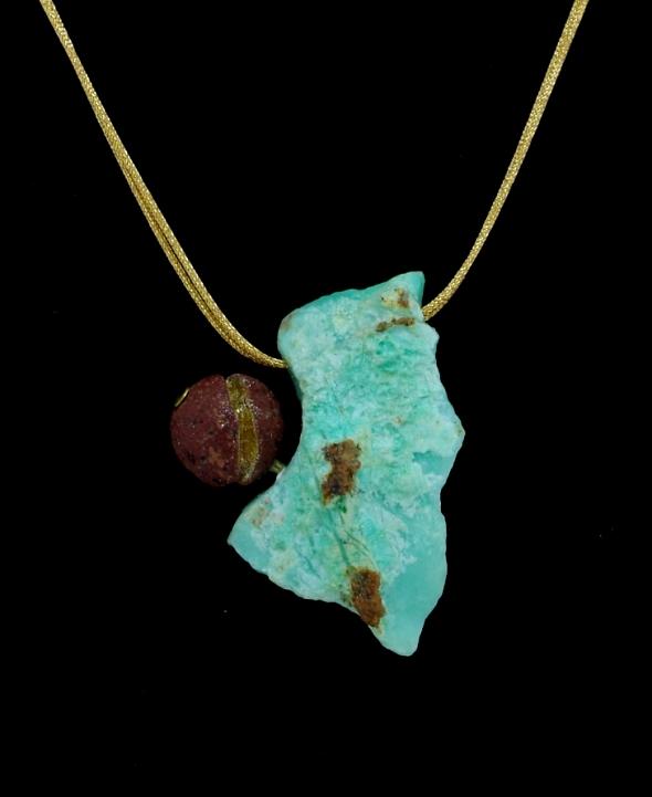 Chrysoprase brute, perle de lave creusée et dorée