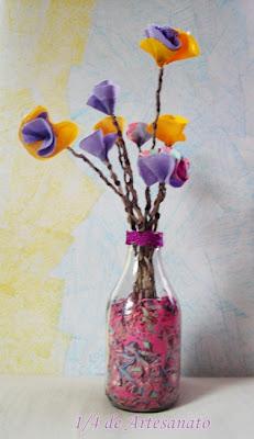 garrafa de leite de coco e flores de tecido reciclada