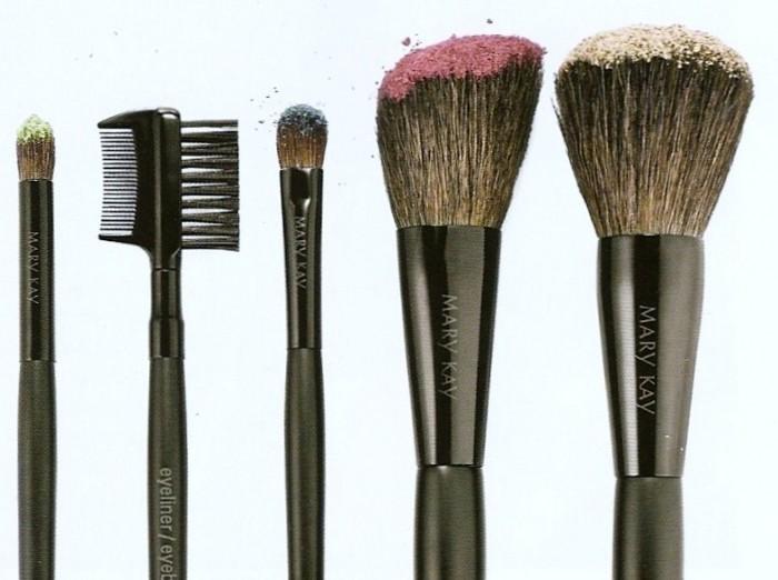 ... de maquillaje hay como una especie de peine pero no se para que sirve