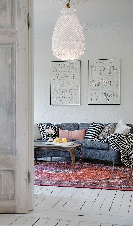 elegant stor glaslampe i loftet i denne svenske stue