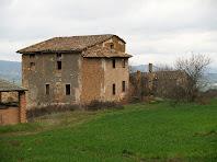 La façana de llevant amb el cos afegit del mas de Sant Mamet