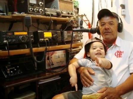 PY6JFV Jorge em sua estação com seu neto e o IC-718