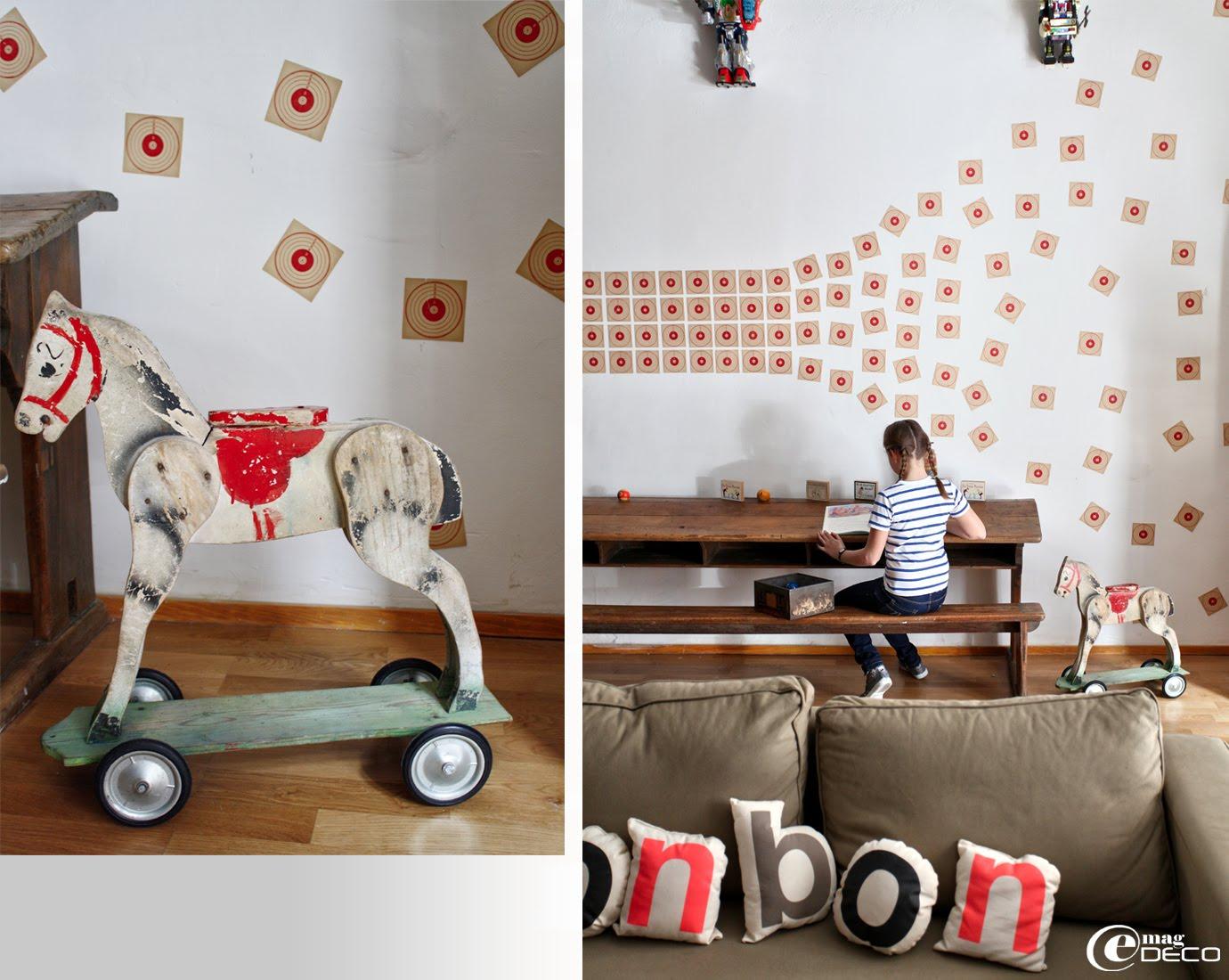 Vieux cheval en bois à roulettes et petits coussins lettres Paper & coffee