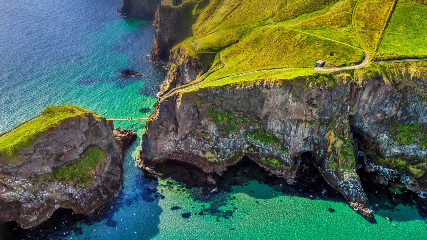 Carrick-a-Rede rope bridge near Ballintoy, Northern Ireland, United Kingdom (© Chris Hill/Getty Images) 552