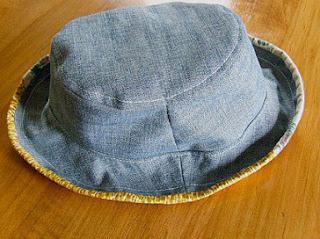 membuat kerajinan topi kain jeans lama