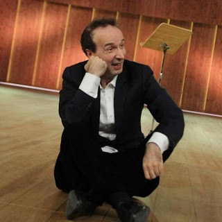 Roberto Benigni mocks Silvio Berlusconi on a public TV show on the Italian Constitution