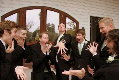 http://www.confettidaydreams.com/21-wedding-photo-ideas-for-your-bridal-party/