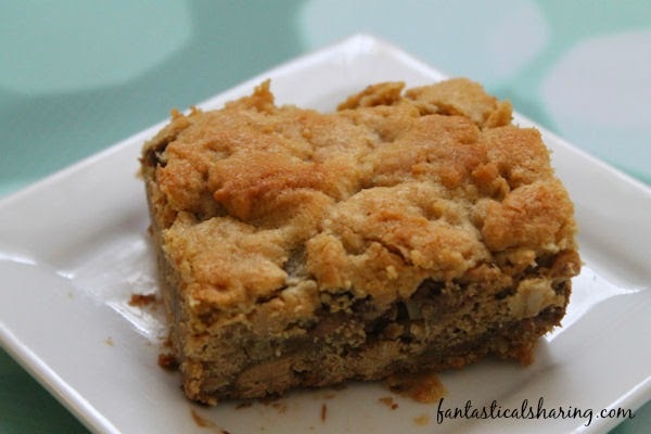 Reese's Peanut Butter Oatmeal Cookie Bars | Addictive cookie bars with lots of Reeses in them!