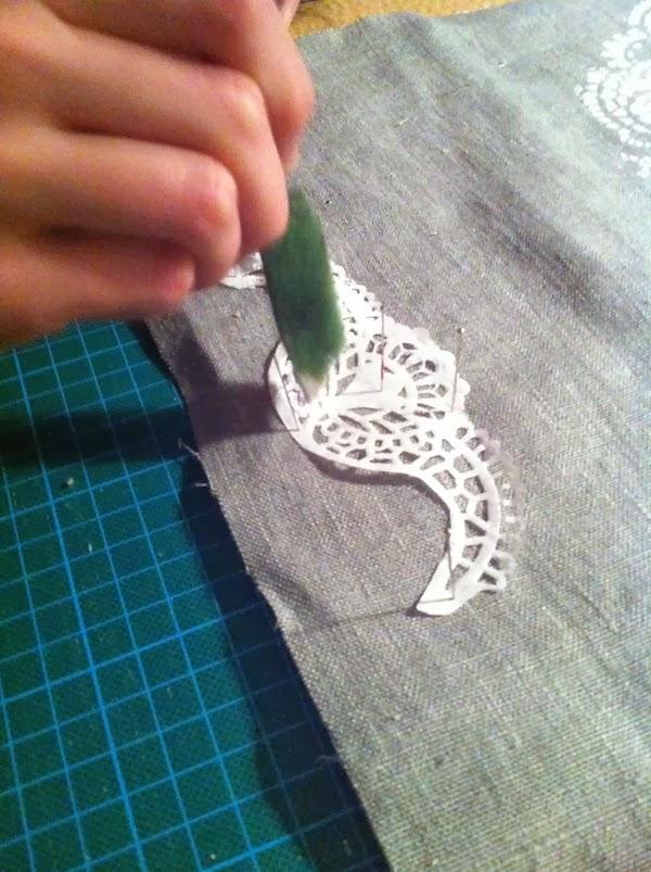 Usar una bandeja de papel para decorar un bolso