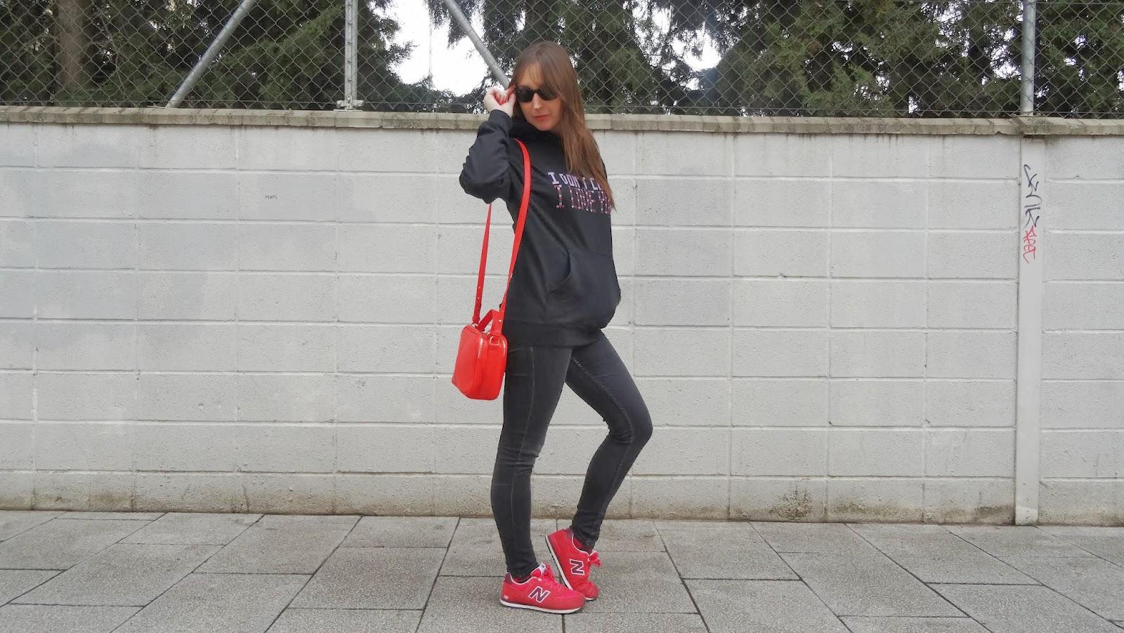Sudadera nueva colección de corazones de Carita Bonita, diseño I dont care I love you, ideal para regalar en San Valentín.  con zapatillas new balance rojas queda genial