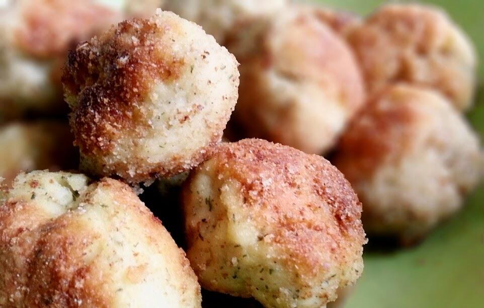 Sesonkiruokaa: valkoviinissä keitetyt paneroidut haukipullat