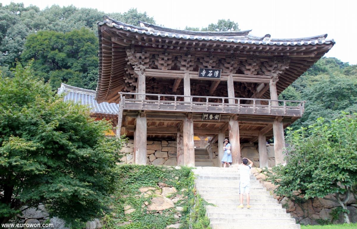 Pareja coreana tomándose fotos en Buseoksa