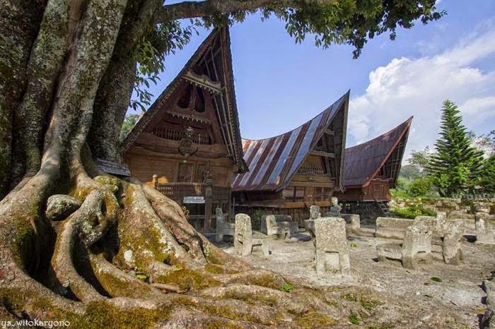 Batu Persidangan, Pohon Kebenaran, dan Rumah Adat
