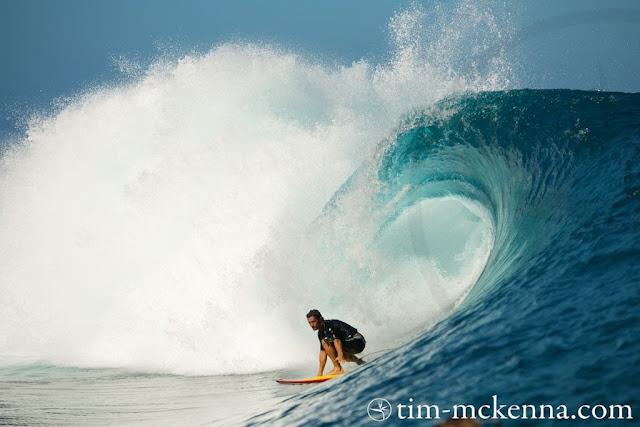 Bixente Lizarazu surfeando en Teahupoo - Tahiti. Fotos de www.Tim-mckenna.com