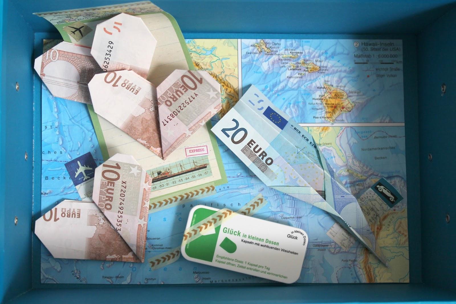 Geldschein als Papierflieger und Herz falten
