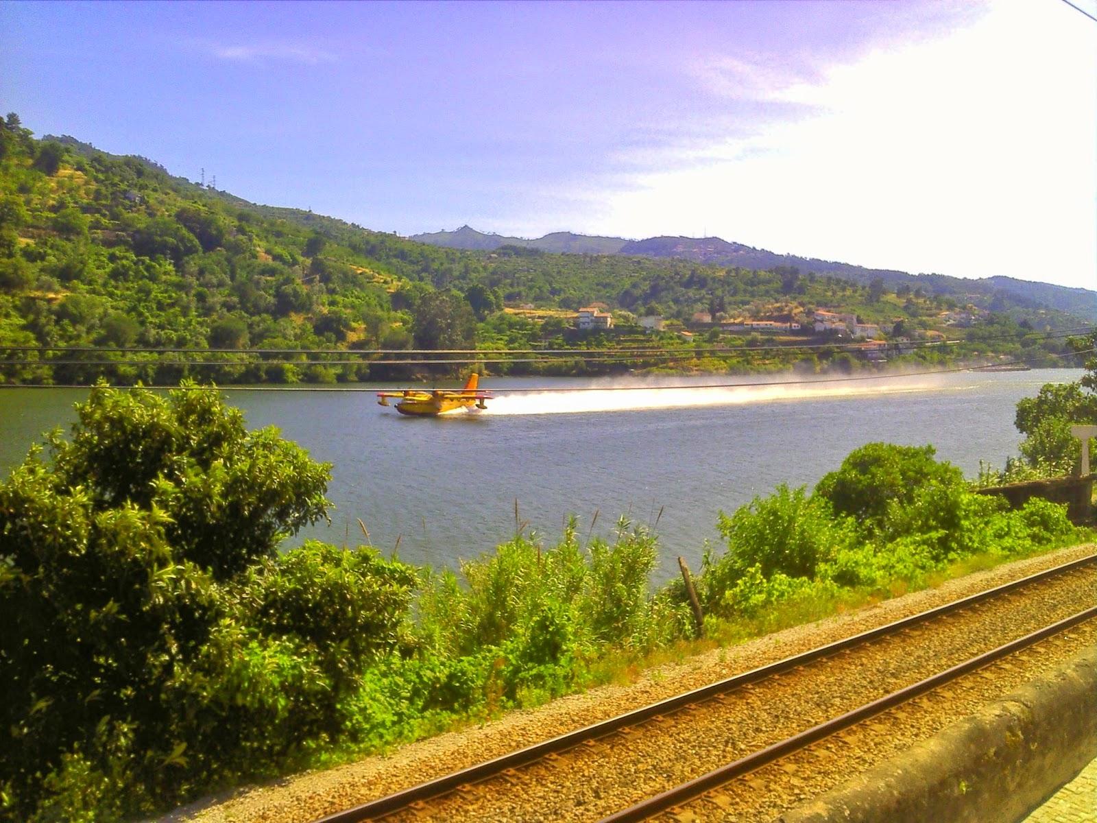 Abastecimento de água dos Canadair nas margens do Rio Douro, Resende - Baião