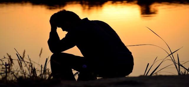 sombra de um homem em posição triste.
