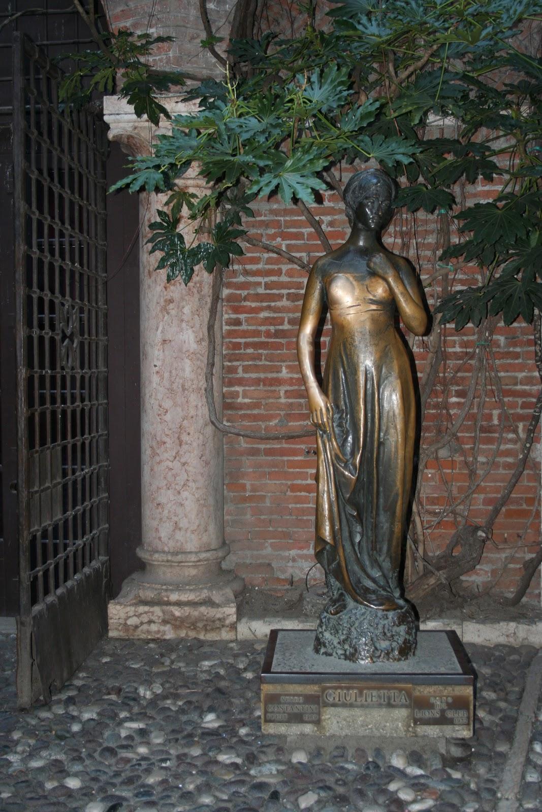 Statue Julietta - Ferrara - Italy