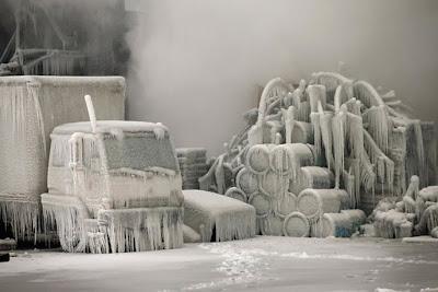 Un camion recouvert de givre alors que les températures sont négatives