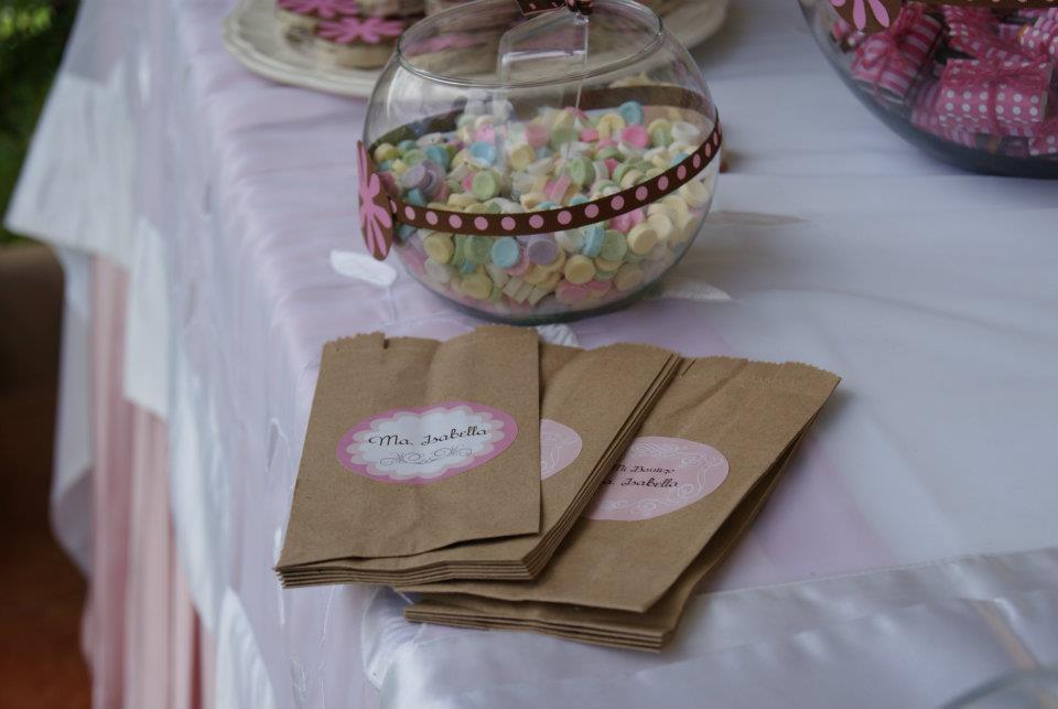 Los colores seleccionados para este evento es rosa, cafe y neutralizado con  blanco, asi que estas bolistas de papel kraf personalizadas me parecen de  lo más