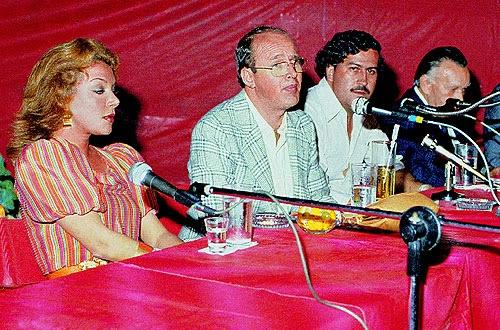 Virginia Vallejo y Pablo Escobar en rueda de prensa