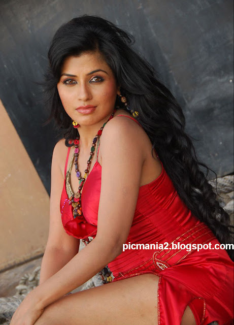 Aarthi Puri actress hot wet cleavage image gallery