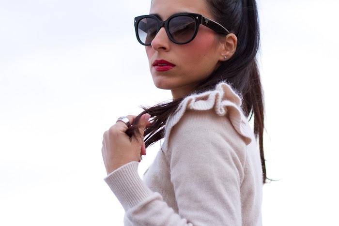 Bloguera de moda española con gafas de sol Prada 17OS