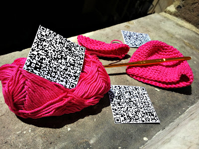 preparation in progress yarnbombing crochet julie adore atelier table neocolors feutres paris france creativ drawing art dessin geek qr code