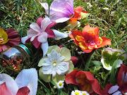 Riciclare i fiori finti: la ghirlanda fuori porta di primavera (fiori prato lato)