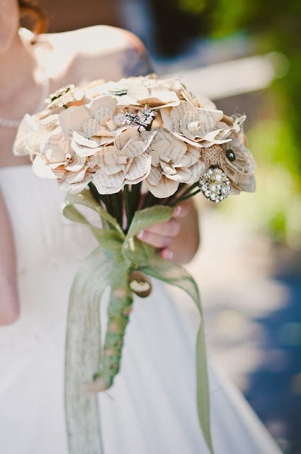 Paper and brooch bouquet, burlap, DIY