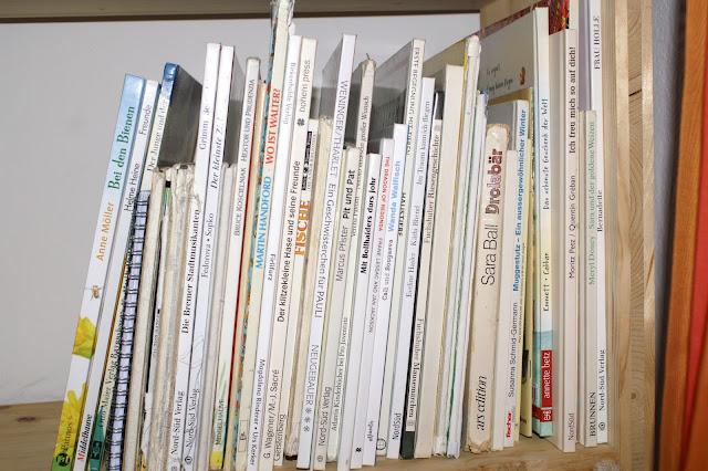weisse Bücherrücken